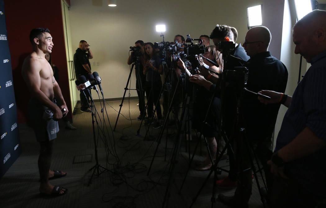Punahele Soriano habla con los medios de comunicación acerca de obtener un contrato para el Ul ...