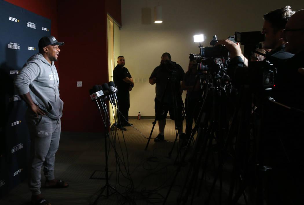 Yorgan De Castro habla con los medios de comunicación acerca de obtener un contrato para el Ul ...