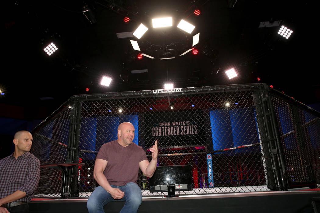 El presidente de Ultimate Fighting Championship, Dana White, derecha, y Craig Borsari, vicepres ...