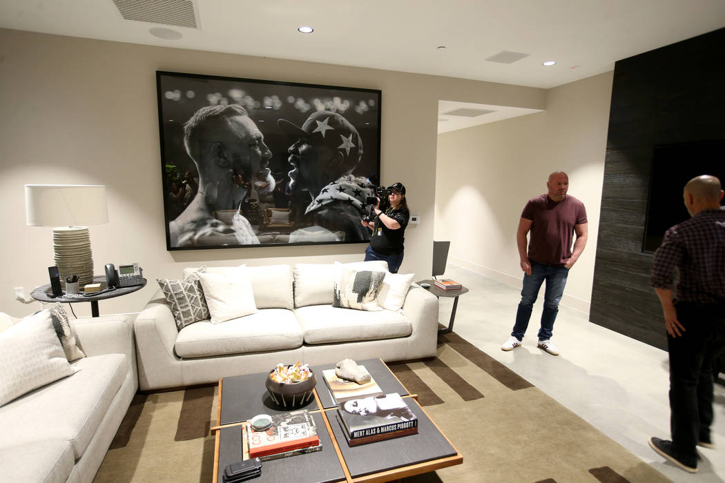 El presidente de Ultimate Fighting Championship, Dana White, muestra su oficina durante un reco ...