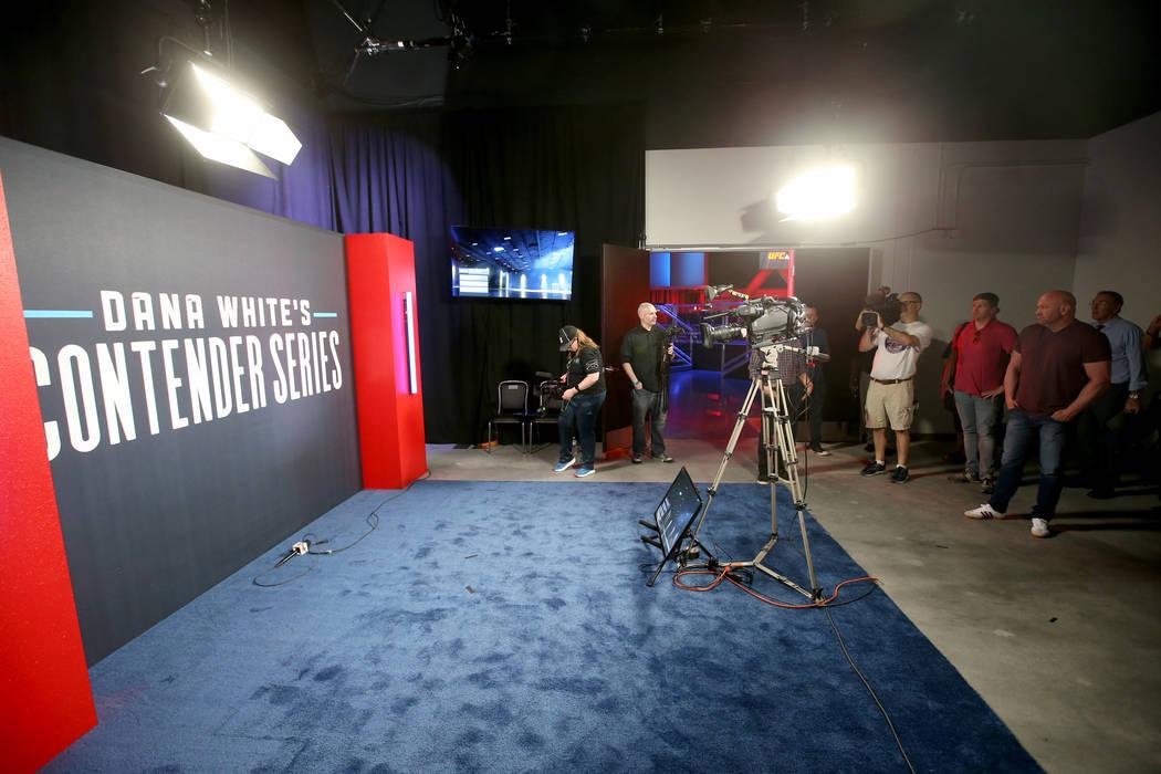 El área de entrevistas posteriores a las peleas mientras Dana White da un recorrido por el nue ...