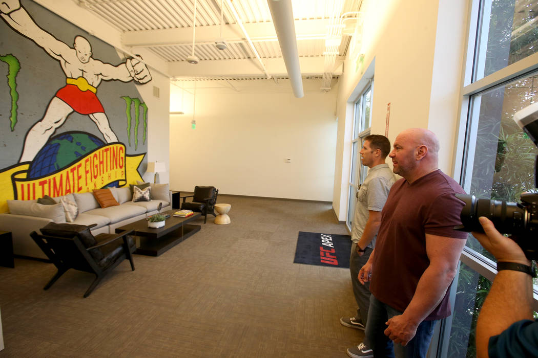 El presidente de Ultimate Fighting Championship, Dana White, a la derecha, ofrece un recorrido ...