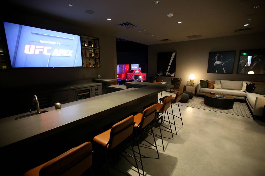 El área VIP con vista a la arena se muestra durante un recorrido por el nuevo UFC Apex en Las ...