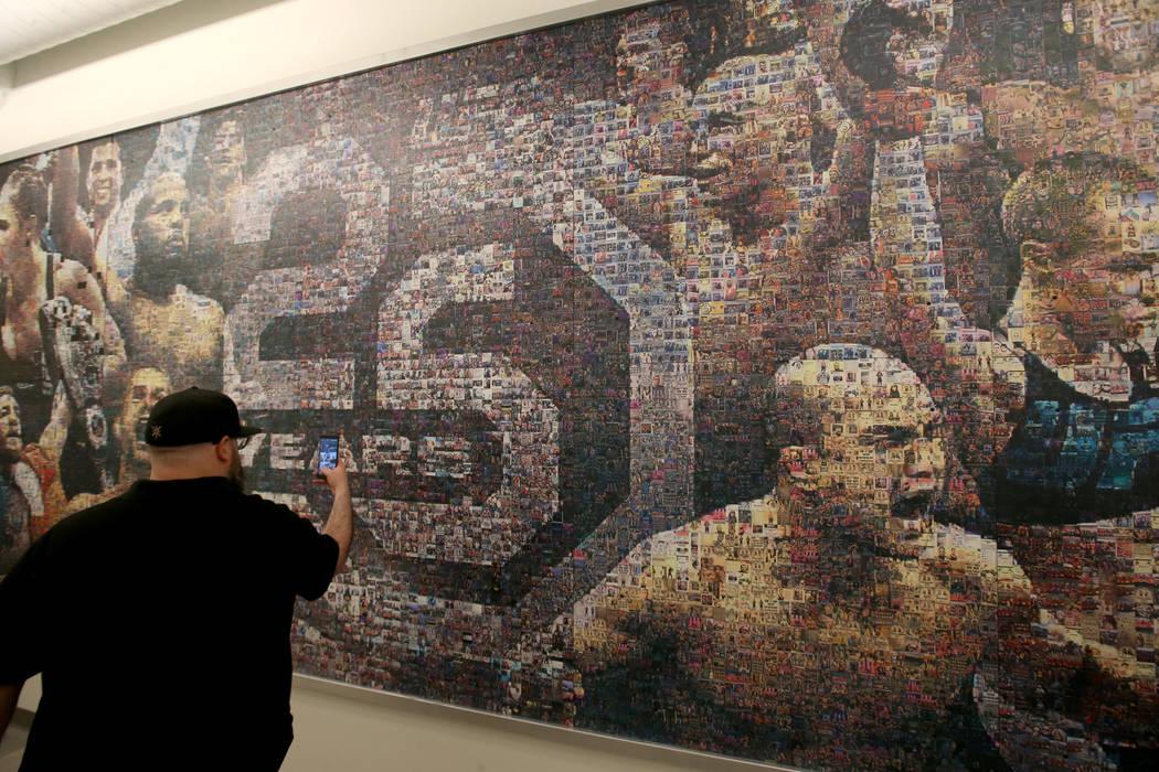 Un mural en un pasillo se muestra durante un recorrido por el nuevo UFC Apex en Las Vegas el lu ...