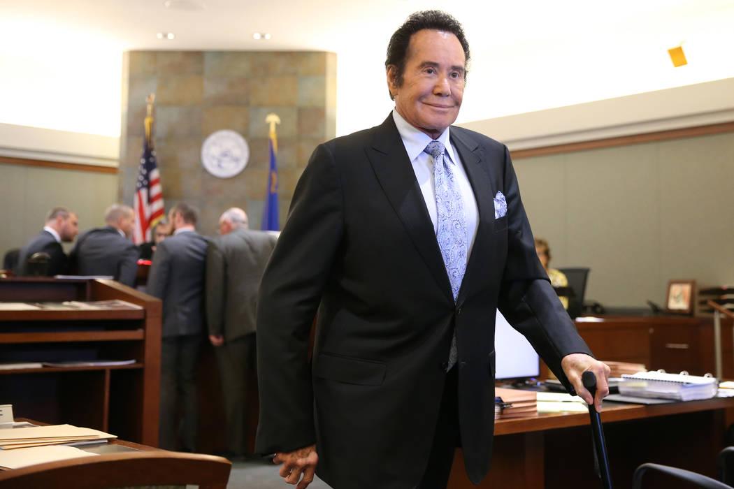 Wayne Newton abandona la sala del tribunal luego de declarar como testigo en el caso del Estado ...