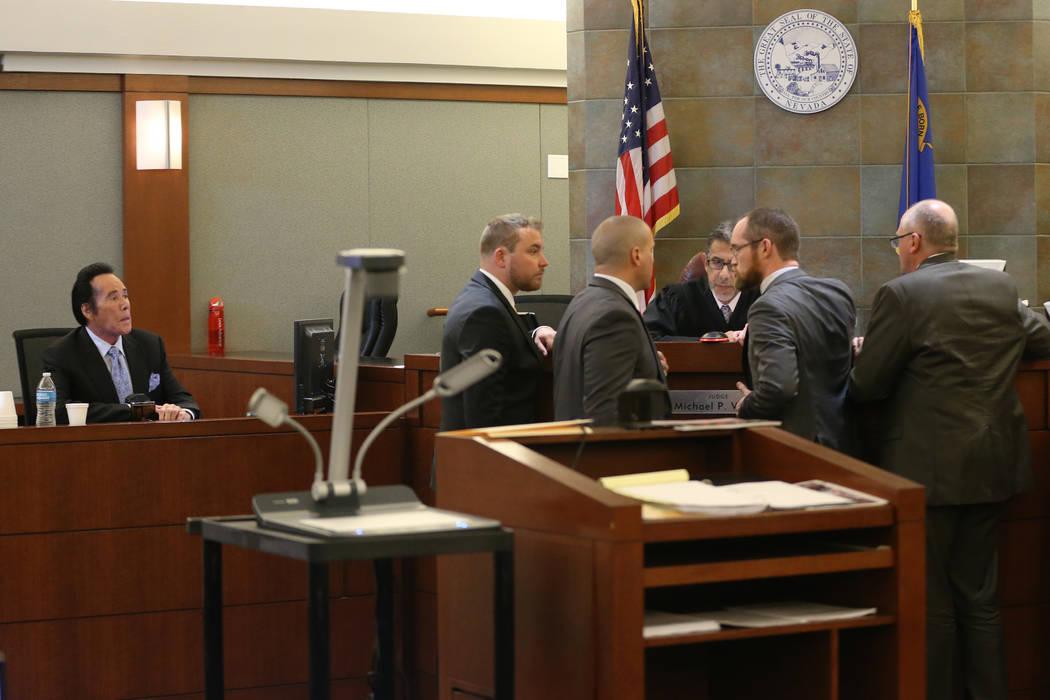 Wayne Newton, a la izquierda, toma el estrado de los testigos en el caso del Estado de Nevada c ...