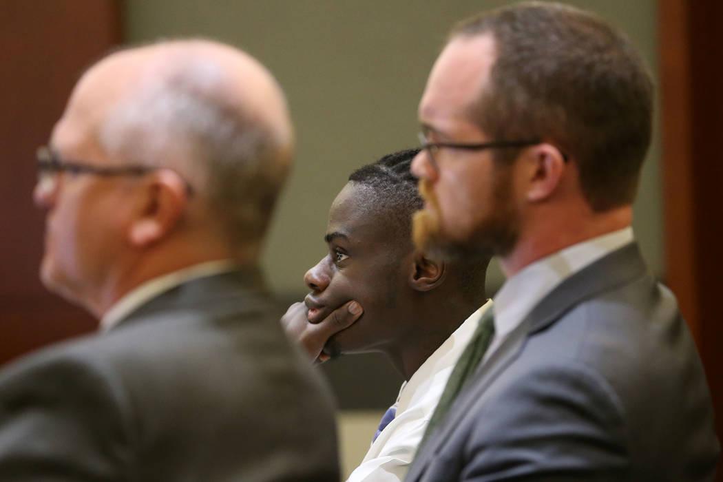 Weslie Martin, centro, acusado de robar en la casa de Wayne Newton, escucha durante su audienci ...
