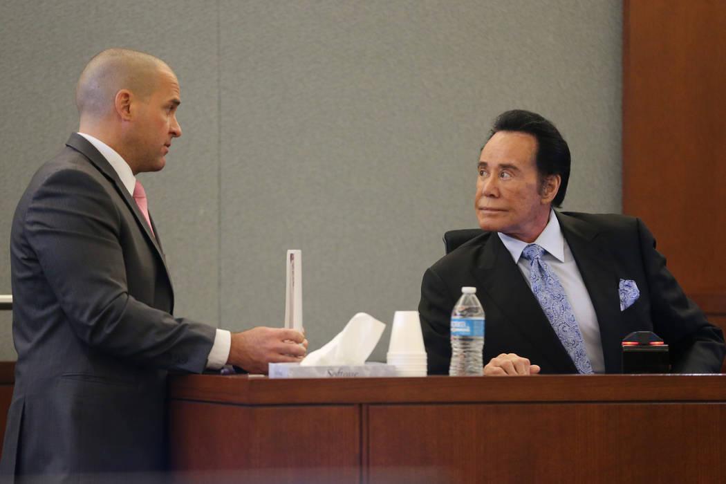 El fiscal de distrito John Giordani, a la izquierda, habla con Wayne Newton sentado en el estra ...
