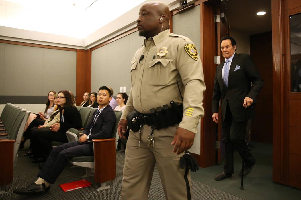 Wayne Newton ingresa a la sala del tribunal para declarar como testigo en el caso del Estado de ...