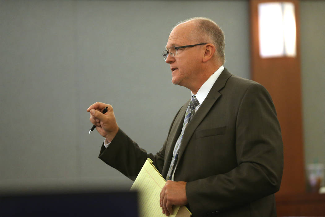 El abogado defensor Will Ewing da declaraciones de apertura en el caso del Estado de Nevada con ...
