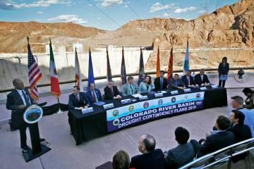 Terry Fulp, Director Regional de Bajo Colorado para la Oficina de Reclamación, a la izquierda, ...