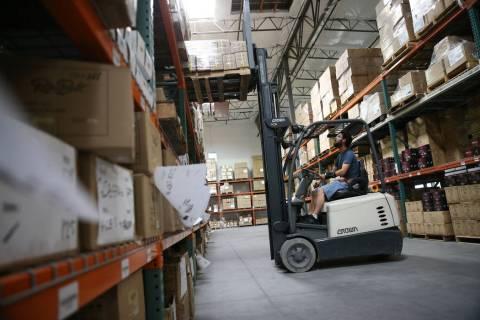 El asociado de almacén Thomas Shirley trabaja en un montacargas en la sede de Retro Manufactur ...