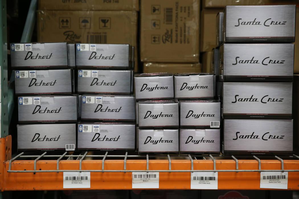 Modelos de radio en la sede de Retro Manufacturing en Henderson, miércoles, 19 de junio de 201 ...
