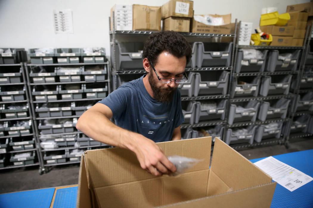 El asociado de almacén Thomas Shirley realiza un pedido en la sede de Retro Manufacturing en H ...