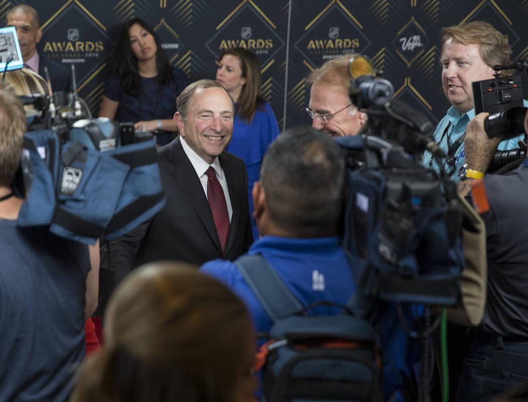 El comisionado de la NHL, Gary Bettman, a la izquierda, conversa con los medios de comunicació ...