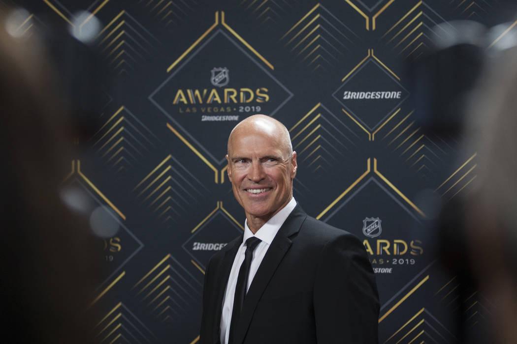 La leyenda de la NHL, Mark Messier, camina por la alfombra roja antes del inicio de los Premios ...