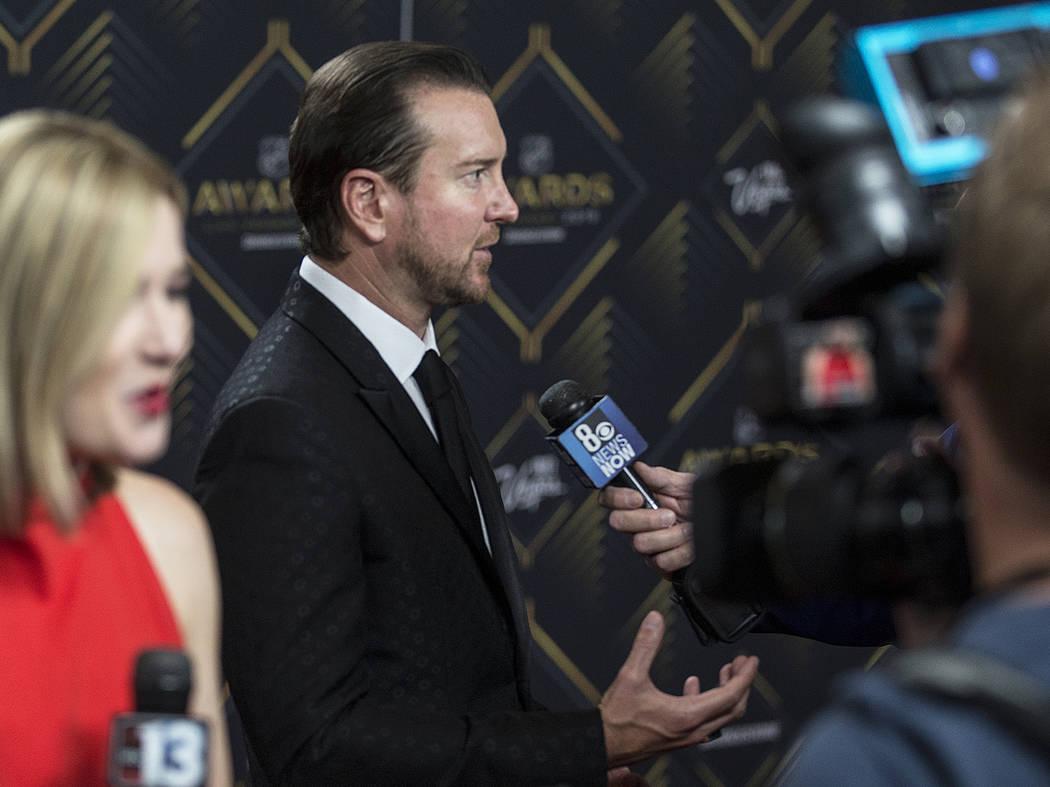 El conductor de NASCAR, Kurt Busch, en el centro, conversa con los medios de comunicación en l ...