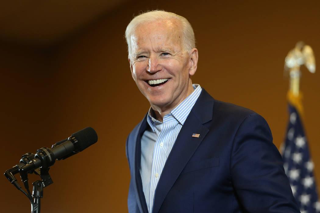 El candidato presidencial demócrata Joe Biden habla durante una parada de campaña en la sede ...