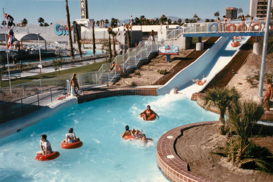 Los visitantes montan el Raging Rapids en Wet 'n' Wild en Las Vegas Boulevard en 1988. (Archivo ...
