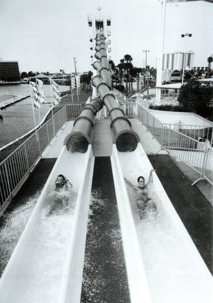 Los invitados caen al agua luego de deslizarse en Wet'n'Wild en Las Vegas Boulevard en 1989. (A ...