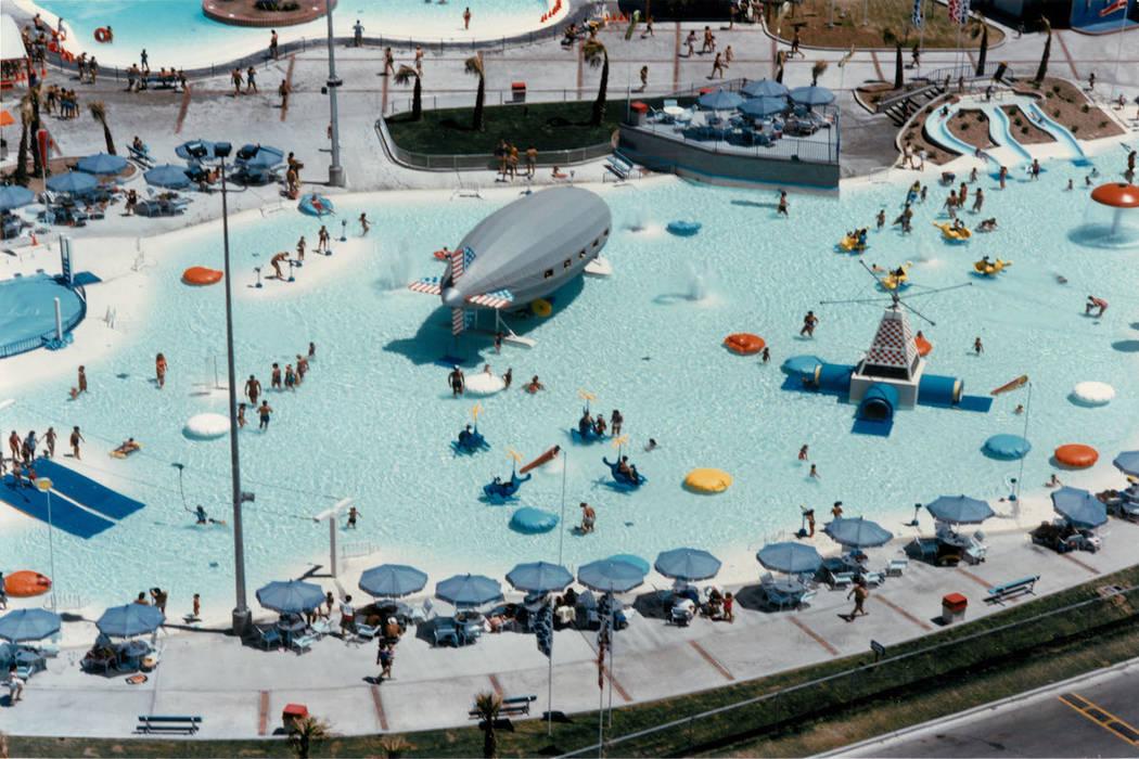 Multitudes disfrutan del agua y el sol en Wet'n'Wild en Las Vegas Boulevard en 1988. (Archivo d ...