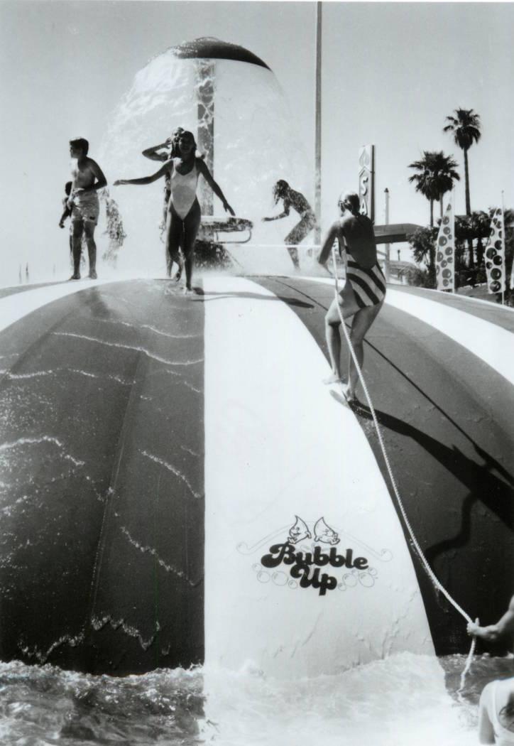 Los asistentes intentan correr hacia la cima de la atracción Bubble Up en Wet'n'Wild en Las Ve ...