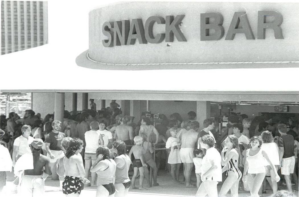 Los asistentes a Wet'n'Wild se alinean en el bar de tentempiés en 1986. (Gary Thompson / Las V ...