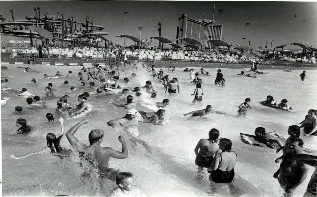 Los asistentes se refrescan en la piscina de olas en Wet 'n' Wild en Las Vegas Boulevard en 198 ...