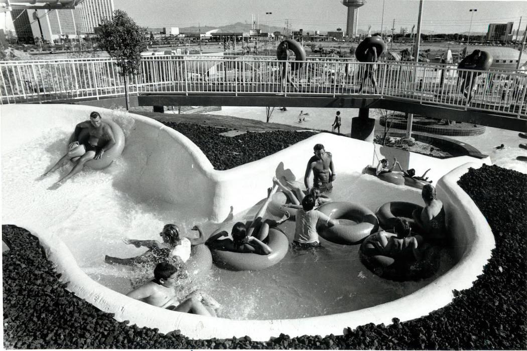 Los invitados disfrutan de un paseo en Wet 'n' Wild en Las Vegas Boulevard en 1989. (Don Euoff ...