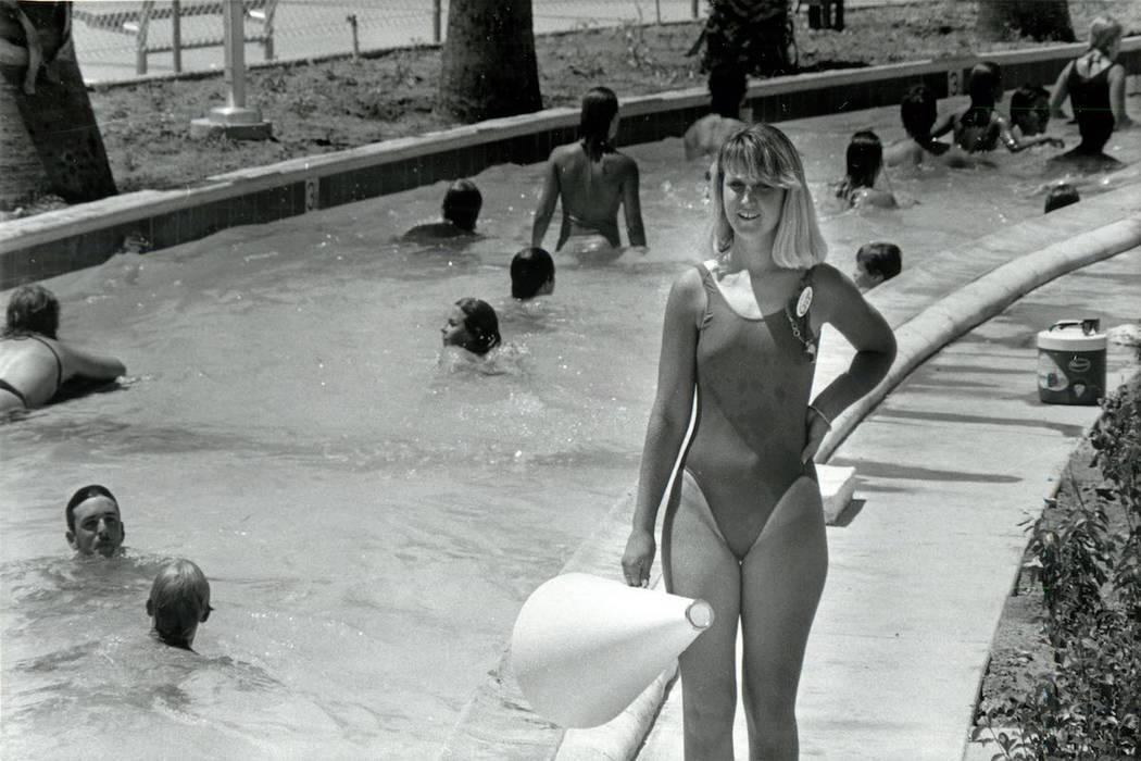 """La salvavidas Natalie Murphy observa a los invitados que disfrutan del """"lazy river"""" en Wet 'n' ..."""
