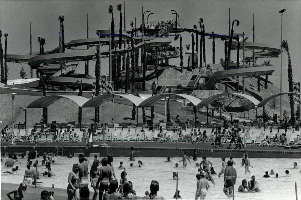 Los asistentes se refrescan en Wet 'n' Wild en Las Vegas Boulevard en 1989. (Don Euoff / Las Ve ...