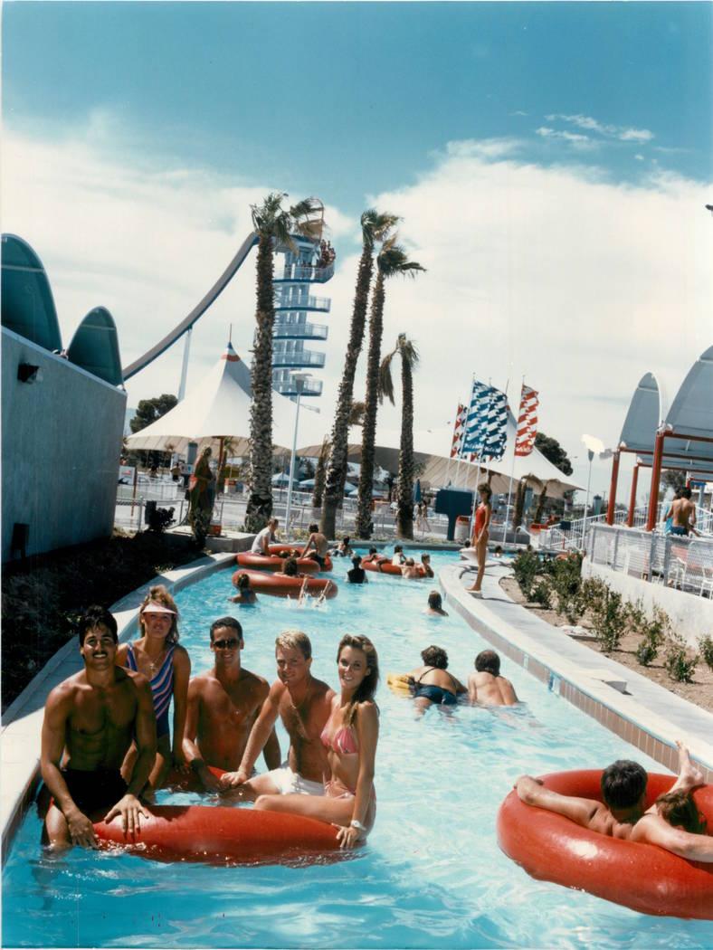Los invitados flotan por el río lento en Wet'n'Wild en Las Vegas Boulevard en 1988. (Archivo d ...