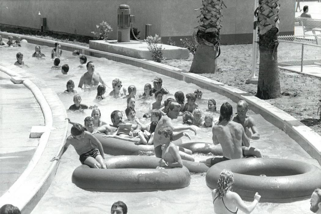 Los invitados flotan por el río lento en Wet'n'Wild en Las Vegas Boulevard en 1985. (Archivo d ...