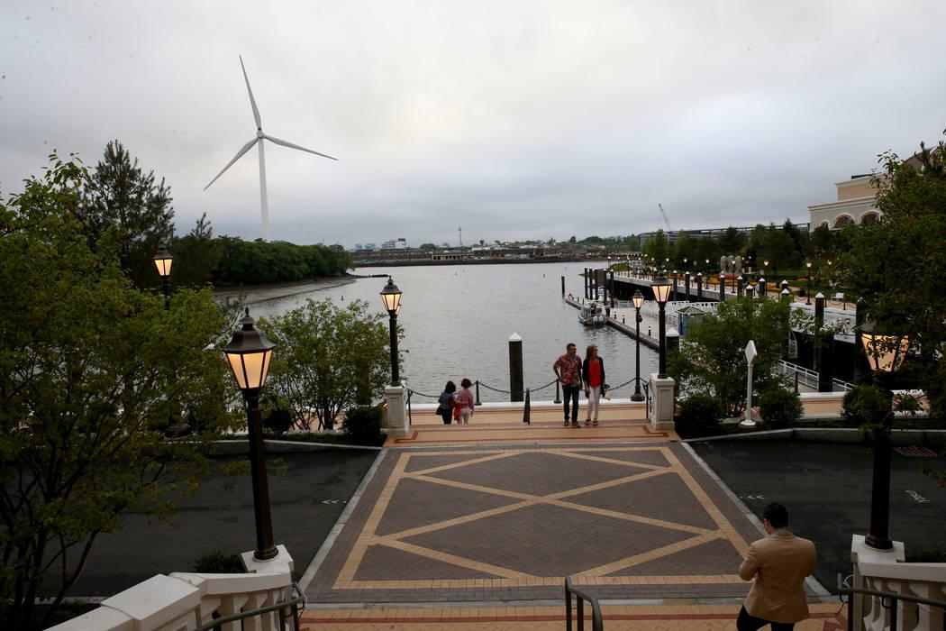 Los huéspedes visitan el río Mystic durante una fiesta privada en Encore Boston Harbor el jue ...