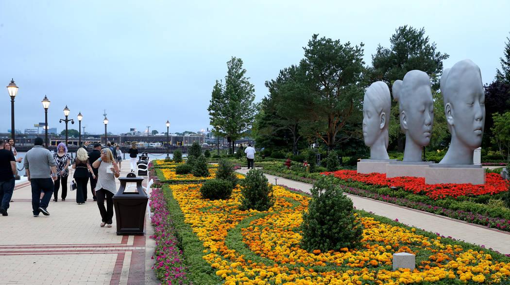 Una instalación de arte realizada por el escultor Jaume Plensa en el paso por el río durante ...