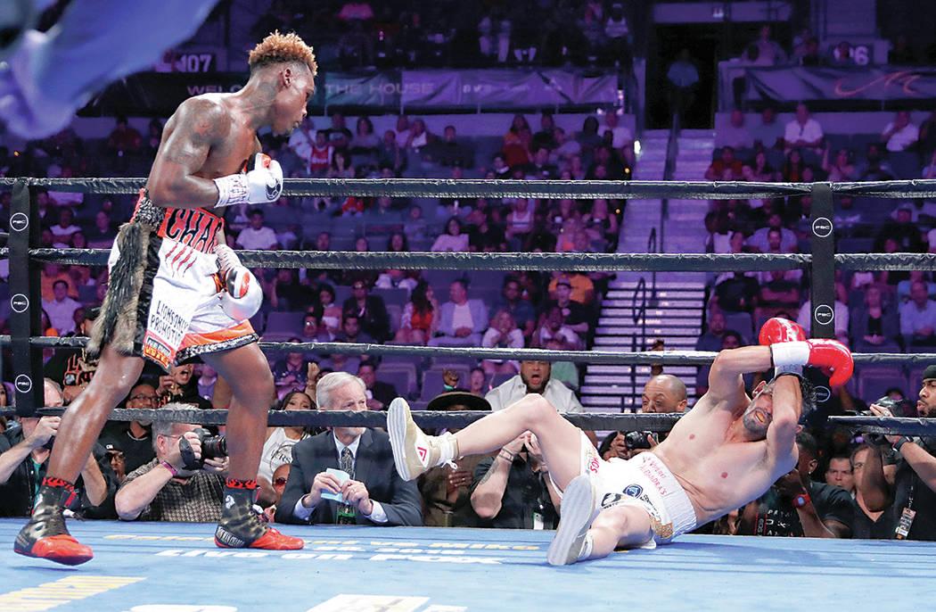 Jermell Charlo derriba a Jorge Cota en un combate de boxeo, el domingo 23 de junio de 2019, en ...