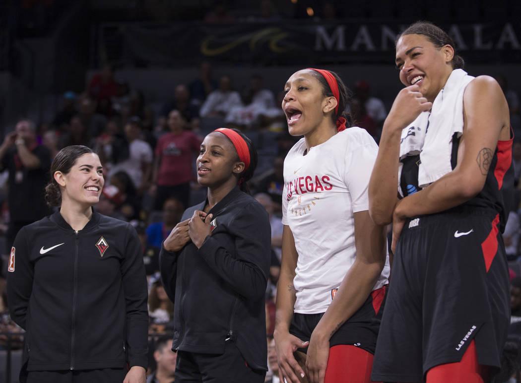 La jugadora de Las Vegas Aces, Kelsey Plum (10) y sus compañeras A'ja Wilson (22), Liz Cambage ...
