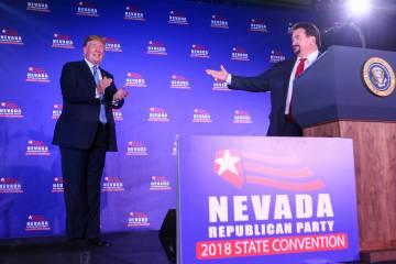 El president Donald Trump es presentado por el líder del Partido Republicano en Nevada, Michae ...