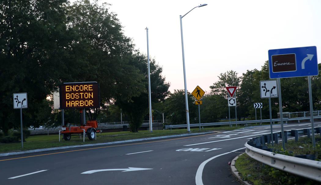 Letreros dirigen el tránsito para la inauguración del Encore Boston Harbor de 2 mil 600 millo ...