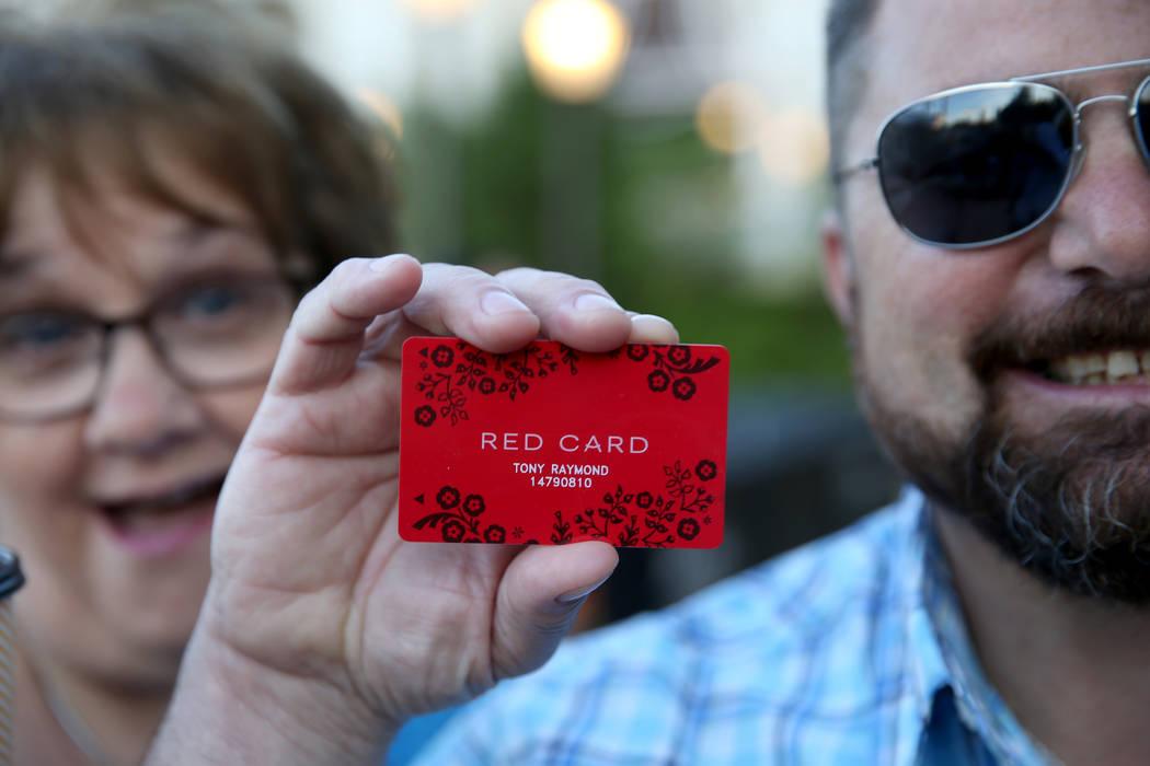 Tony Raymond, de Everett, Massachusetts, muestra su nueva tarjeta roja adquirida con Debbie Cap ...