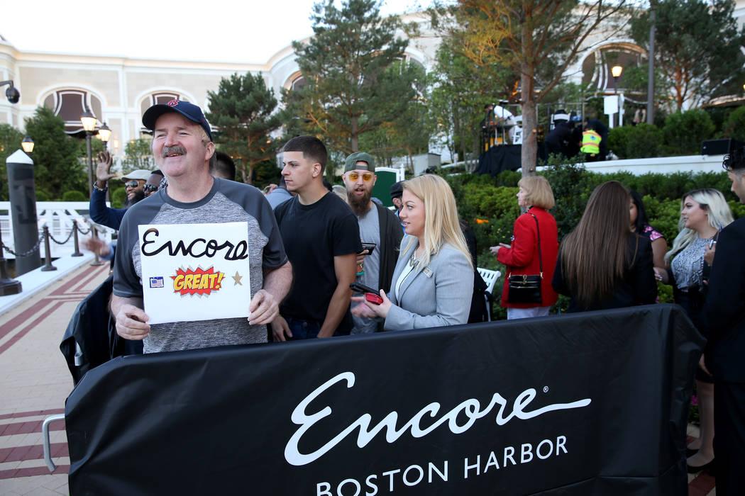 Glenn Reynolds, de 65 años, de Quincy, Massachusetts, es el primero en la fila para la apertur ...