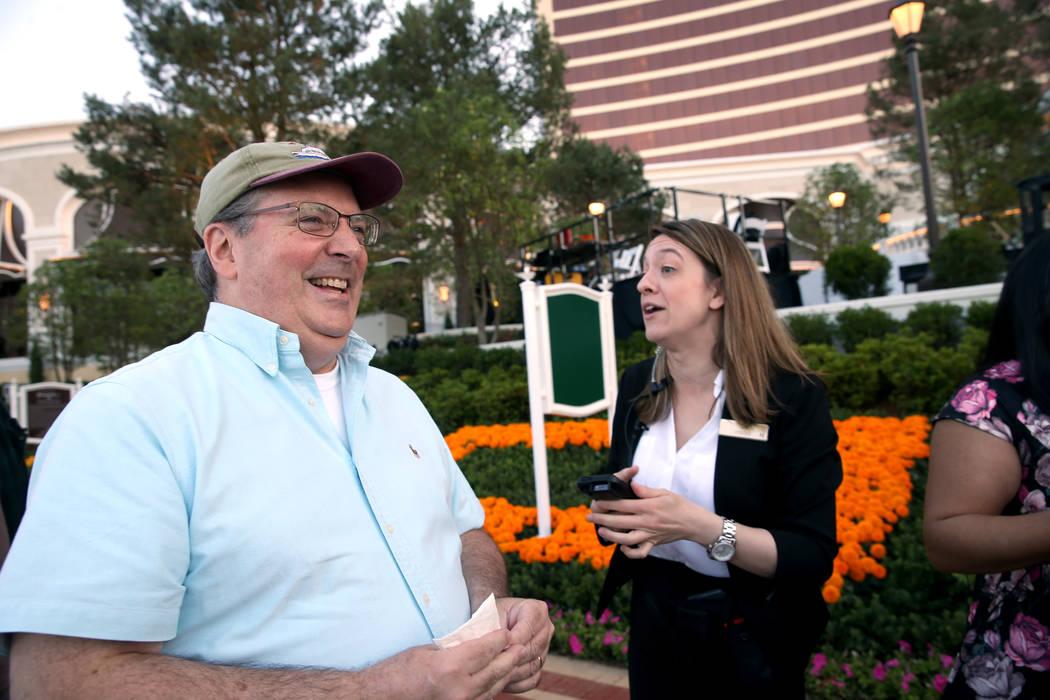 Bob Doucette, de 57 años, de Swampscott, Massachusetts, visita a Jill Delisle, gerente de turn ...