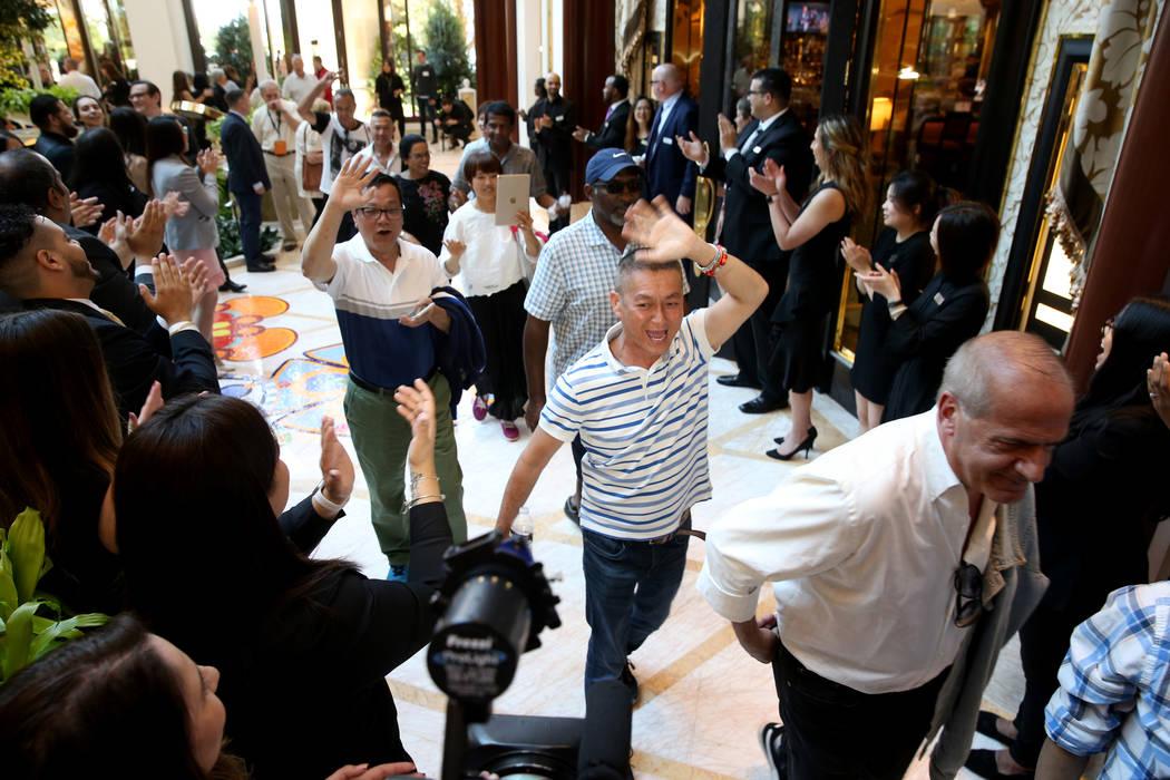 Empleados vitorean a la llegada de algunos de los primeros invitados al Garden Lobby durante la ...