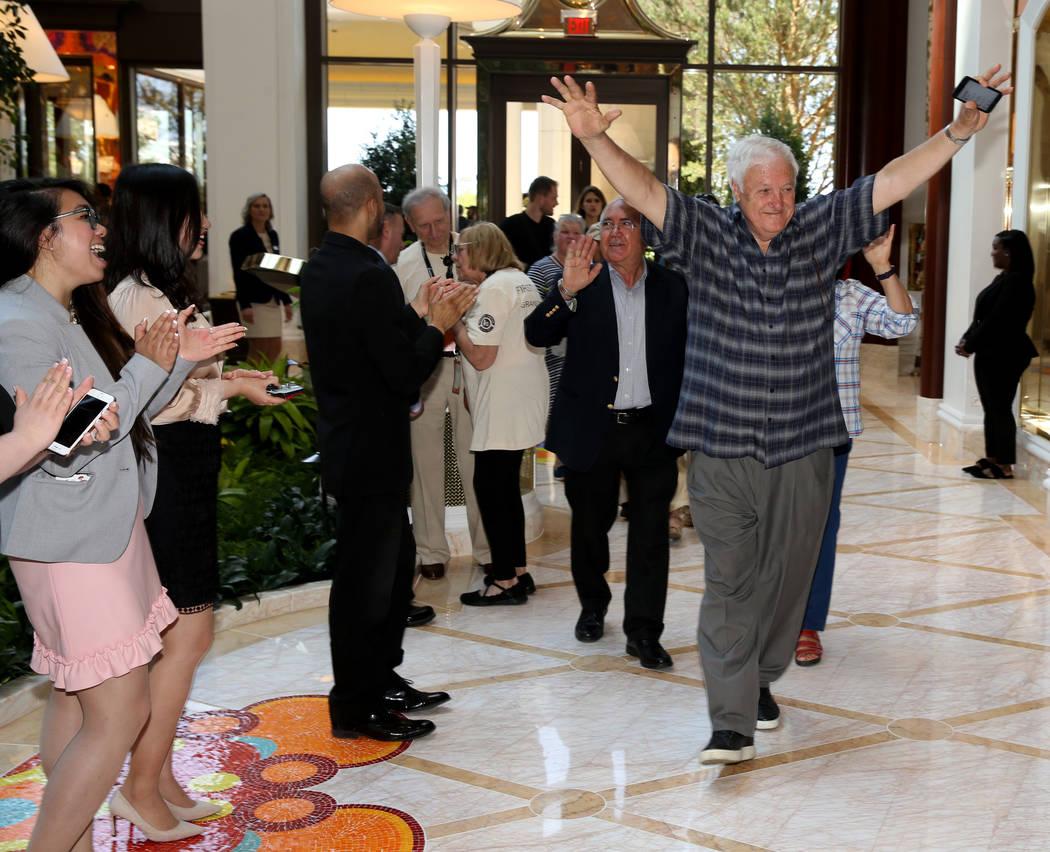 Empleados aplauden cuando Frank Susi de Boston llega al Garden Lobby durante la apertura de Enc ...
