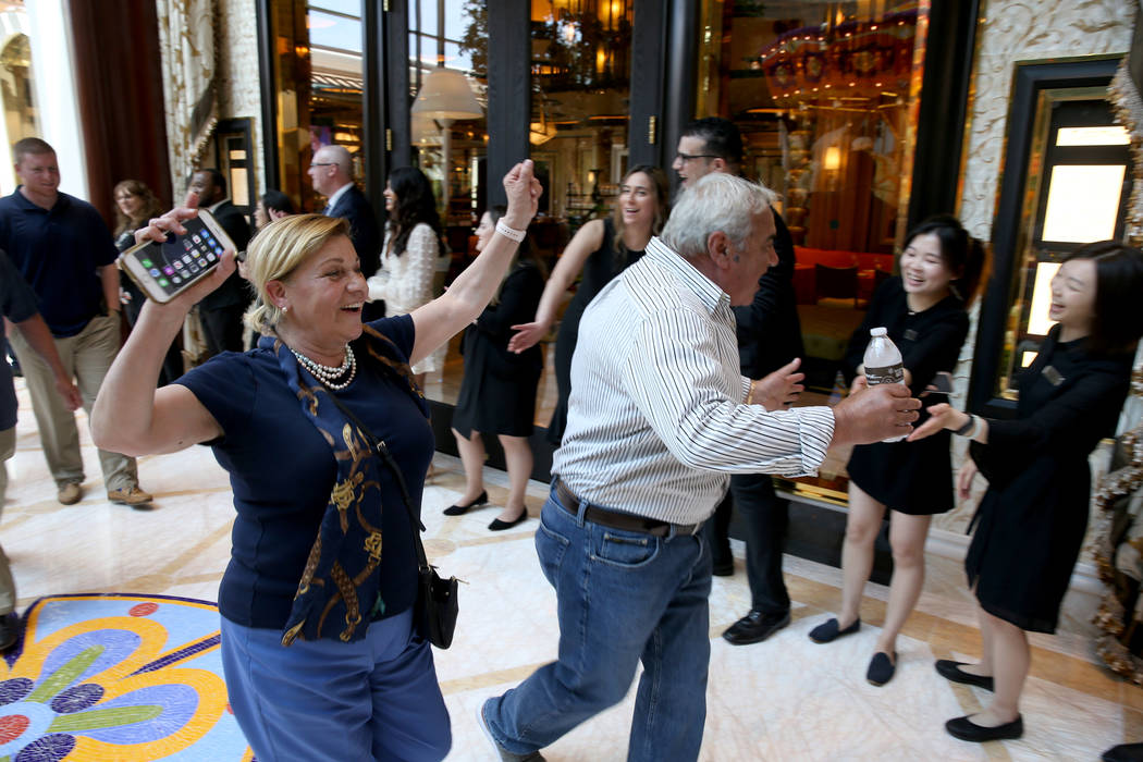 Empleados aplauden cuando Cristina y Tony Digiancomo, of Saugus, Massachusetts, llegan al Garde ...