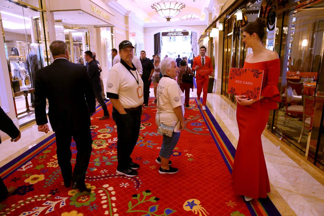 Morgan Furber y Marek Zybert dirigen a los invitados al área de registro de la Tarjeta Roja du ...