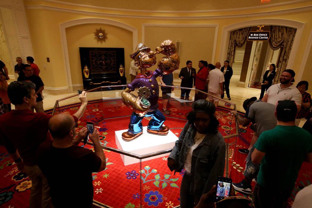 Los invitados visitan la estatua de Popeye obra de Jeff Koons en el día de la inauguración de ...