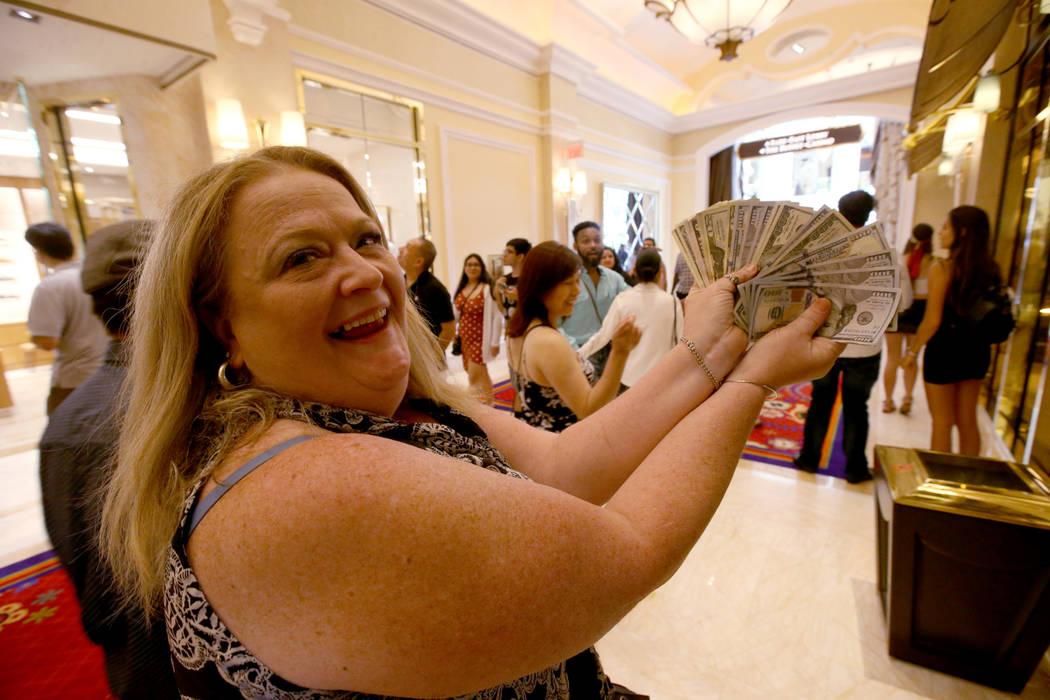 Tammy Akusis, de Abington, Massachusetts, muestra sus ganancias el día de la inauguración del ...