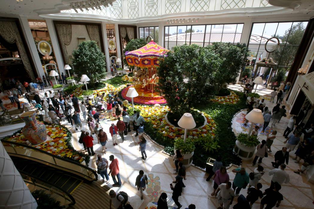 Los huéspedes visitan el Garden Lobby durante la apertura del Encore Boston Harbor de 2 mil 60 ...