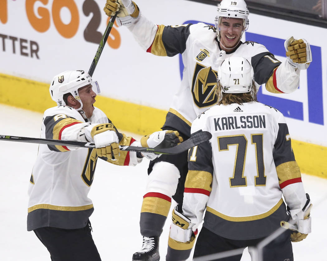 El ala derecha de los Golden Knights, Reilly Smith (19) y el centro Jonathan Marchessault (81) ...